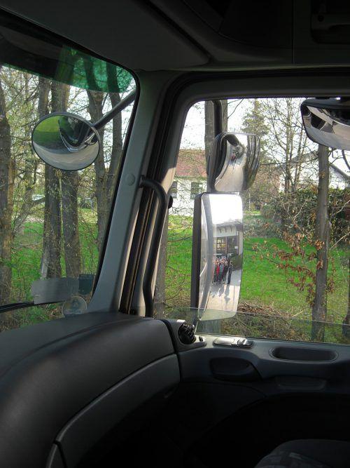 Der tote Winkel birgt für die Lenker von Schwerfahrzeugen die Gefahr, aus ihrer Führerkabine nicht alles zu erkennen. VN/Symbol