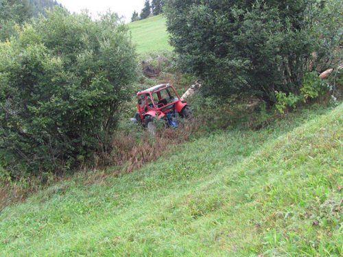 Der Traktor war 25 Meter über steiles Gelände abgestürzt. polizei