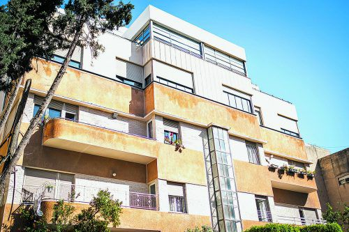 Die abgerundeten Balkone sind typisch für den Bauhausstil.
