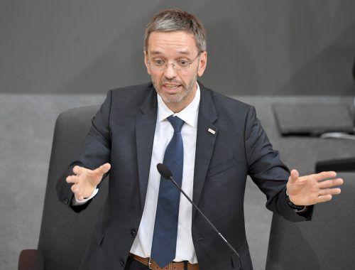 Die Antworten auf die über 50 Fragen der SPÖ ratterte der Innenminister im Eil-tempo herunter. APA