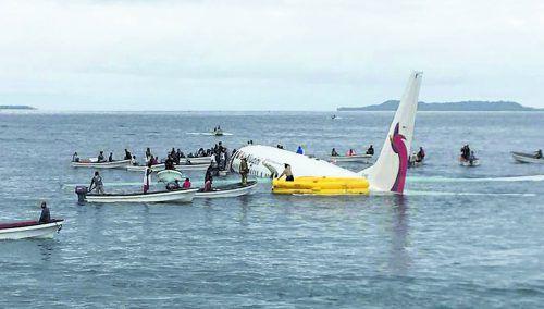 Die Boeing 737-800 schwamm nach der missglückten Landung in der Lagune. Einheimische kamen mit mehr als einem Dutzend Booten zu Hilfe. AP