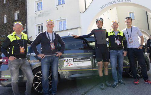Die Chauffeure Johannes Kofler, Werner Salmen, Thomas Kofler und der ehemalige Schweizer Meister Martin Kohler (v. l.) mit dem Innsbrucker Stefan Denifl (3. v. r.), der für das Straßenrennen nicht nominiert wurde.