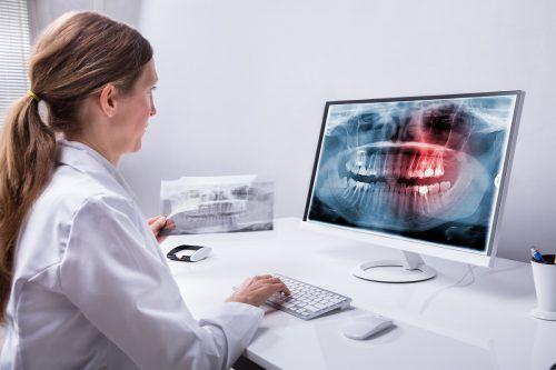 Die Digitalisierung macht vor kaum einer Branche Halt. Auch Zahnärzte setzen sie zum Wohl ihrer Patienten immer stärker ein.fotolia