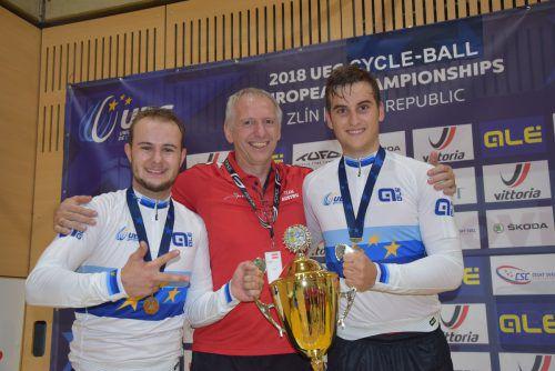 Die dreimaligen Unter-23-Europameister Kevin Bachmann (l.) und Stefan Feurstein mit Radball-Nationaltrainer Gernot Fontain.Verband