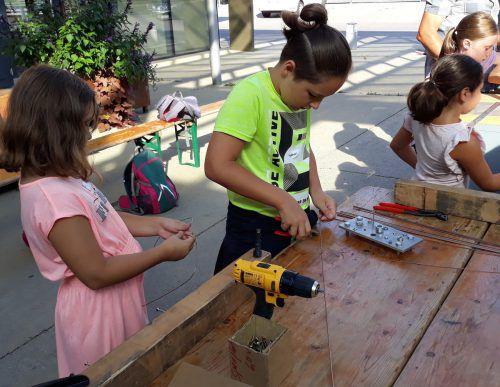 Die Kinder erleben Handwerk hautnah und mit allen Sinnen.