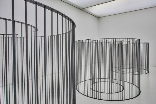 Die Künstlerin ordnet im Galerieraum drei kreisrunde Elemente aus Eisenstäben an. Veranstalter/M. Kuzmanovic