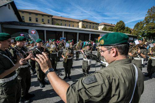 Die Militärmusik unterhielt die Besucher neben der öffentlichen Kantine.