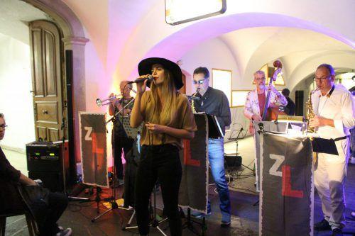Die regierende Miss Vorarlberg, Daria Schuricht, spielte gemeinsam mit den Zitternden Lippen im Feldkircher Café Hecht. Heilmann (2)