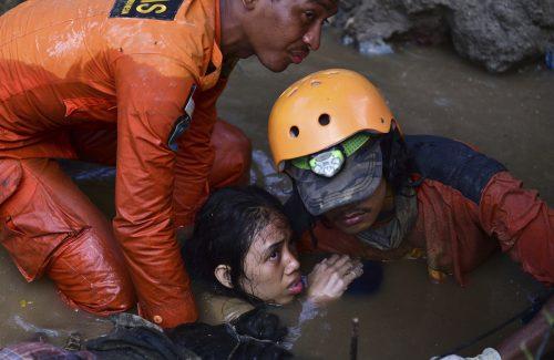 Die Rettungskräfte stehen im Dauereinsatz, immer wieder werden Menschenleben gerettet. Viele Menschen werden noch vermisst. AP