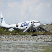 Russischer Flieger rutscht bei der Landung in ein Flussbett