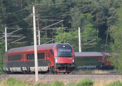 Die Züge der Bundesbahn fahren ab heute, Montagnachmittag, wieder nach dem offiziellen Fahrplan. ÖBB