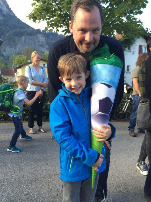 Ein großer Tag für beide: Taferlklassler Valentin mit seinem Vater Bernhard.