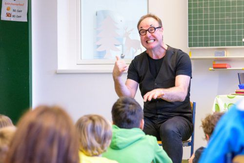 Eine Schulstunde mit dem Pantomimen Timo Dalpra gefällt den Schülern. Sie haben Spaß und lernen. VN/Stiplovsek