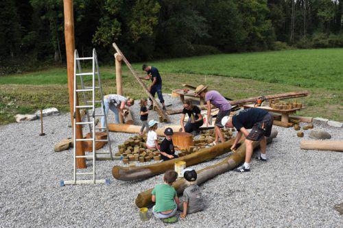Eltern und Kinder arbeiteten gemeinsam für den neuen Spielplatz. gemeinde