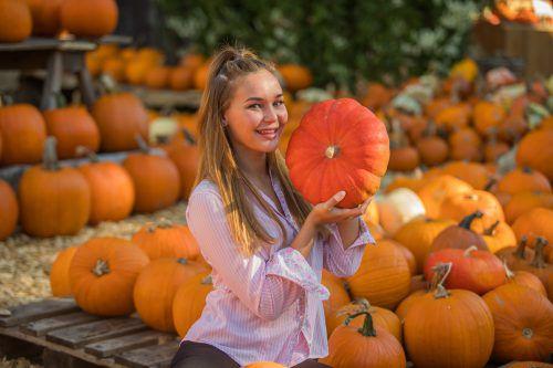Emily aus Lochau freut sich über die herbstlichen Beeren.VN/Steurer, VN/mih
