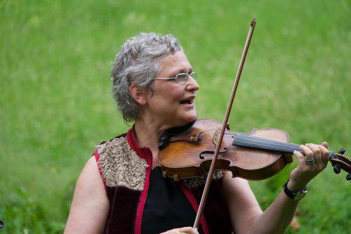 Evelyn Fink-Mennel und weitere Musikanten nehmen sich musikalisch Franz Michael Felders an. veranstalter