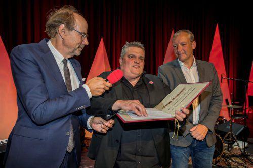 Festakt: Eugen A. Russ und Laudator Stefan Vögel übergeben den 49. Russ-Preis an George Nussbaumer.