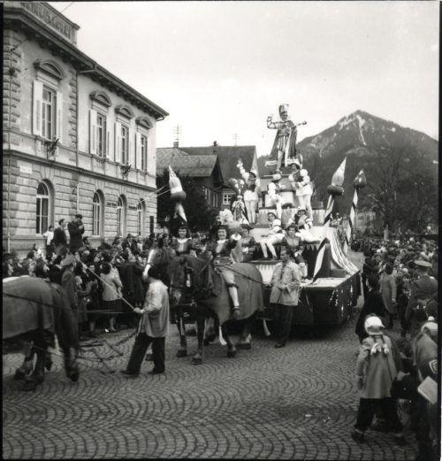Die Umzugswagen wurden noch von Pferden gezogen.