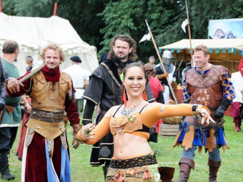 Tanzende Hexen und Landsknechte gehören zur mittelalterlichen Truppe. ajk