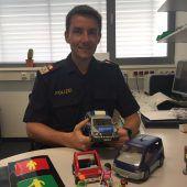 Ein Polizist mit Spielzeug