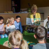Schulstart. Lehrerin beruhigt aufgeregte ABC-Schützen mit einer Geschichte. A6