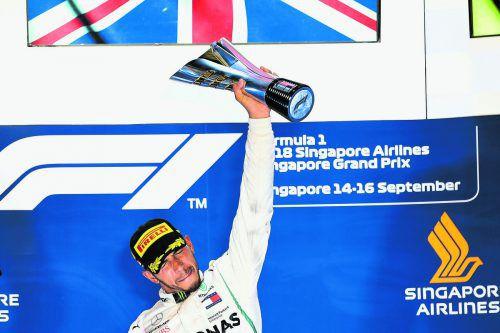 Glückseligkeit bei Lewis Hamilton. Der Weltmeister baute mit seinem Sieg in Singapur die WM-Führung gegenüber Sebastian Vettel auf 40 Zähler aus.apa