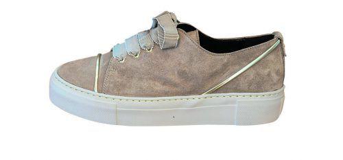 golddekor             Beiger Sneaker mit breiten Schnürsenkeln von AGL, gibt's bei Mode Luger in Hard um 235 €.