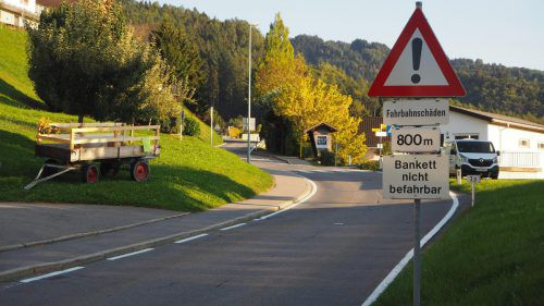 Hinweisschilder weisen bereits auf die Straßenschäden hin. Christof Egle