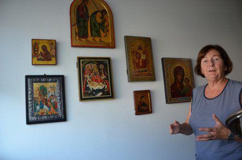 Ikonen zieren Wände im Haus von Doris Allgäuer. hrj