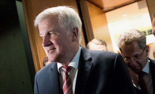 Innenminister Horst Seehofer stärkt Deutschlands Verfassungsschutzpräsidenten Hans-Georg Maaßen (r.) den Rücken. afp
