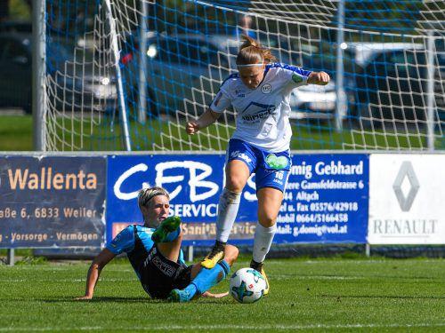 Jacqueline Vonbrül, die sich im Bild gegen Maria Gstöttner (am Boden) durchsetzt, gelang der einzige Treffer für Vorderland.VN-Lerch