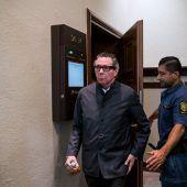 Literaturpreis-Skandal: Festnahme vor Gericht