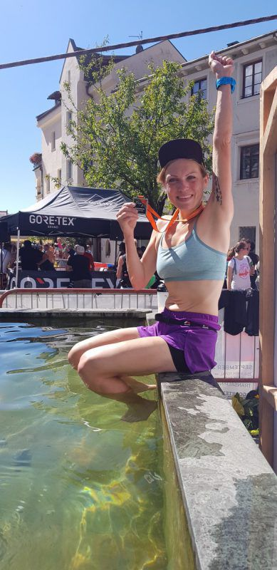 Kathrin Schichtl zeigt nach überstandener Extrem-Woche ihre Medaille. Schichtl