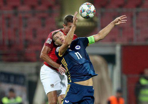 Kopfballduell zwischen Stefan Ilsanker und Bosniens Kapitän Edin Dzeko, dem das Goldtor für die Hausherren gelang.gepa