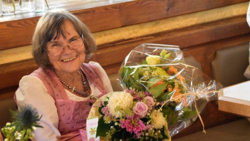 Künstlerin Helga Nagel freute sich über die Blumen.
