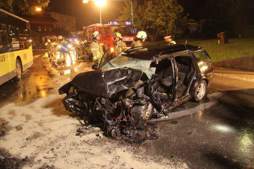 Laut Polizei war der 18-Jährige vermutlich wegen überhöhter Geschwindigkeit auf die Gegenfahrbahn geraten. Vol.at/Vlach