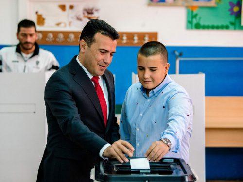 Ministerpräsident Zoran Zaev und sein Sohn Dushko geben ihre Stimme ab. afp
