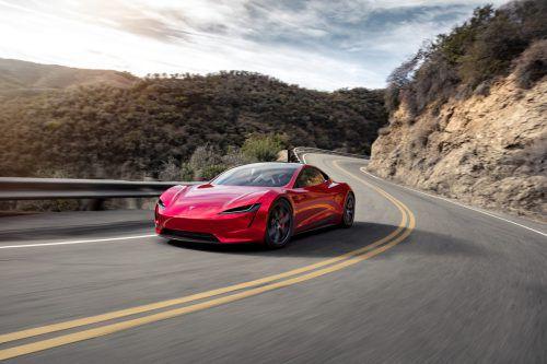 Mit einem neuen Roadster kehrt Tesla 2020 zu seinen Wurzeln zurück. Aktuelle Bilder zeigen den Luxussportler nun von vorn, wo ein aggressiveres Design als bisher sichtbar wird. Die angekündigten Fahrleistungen: Tempo 100 soll in 2,1 Sekunden erreicht sein, die Höchstgeschwindigkeit oberhalb von 400 km/h liegen.