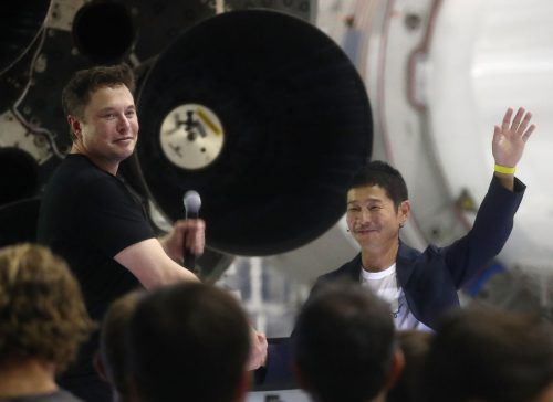 Mit viel Spektakel hat SpaceX-Chef Elon Musk (l.) den möglicherweise nächsten Mond-Reisenden präsentiert: Den japanischen Milliardär Yusaku Maezawa. AFP