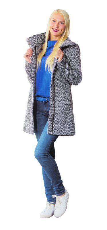 Modisch in den Herbst Lilia aus Dornbirn trägt ein Outfit von Street One in Lauterach: Mantel (149,99), Hose (49,99), Pullover (39,99) und Gürtel (29,99).               VN/Steurer