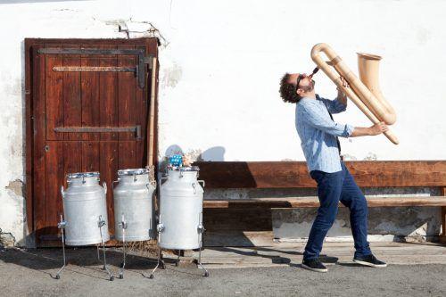 Multiperkussionist Enrico Lenzin verbindet traditionelle Musikkultur mit zeitgenössischem Groove. tak
