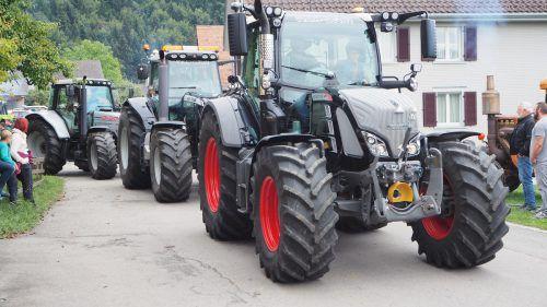 Neben liebevoll gepflegten Oldtimern waren auch moderne und schon allein von ihrer Größe imposante Traktoren vertreten. Christof Egle