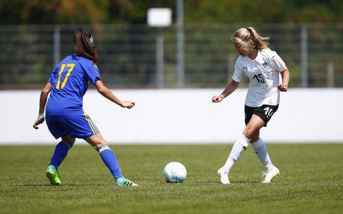 Patricia Pfanner (rechts) trug sich beim klaren Auftaktsieg der Österreicherinnen mit dem zwischenzeitlichen 3:0 in die Torschützinnenliste ein.Gepa