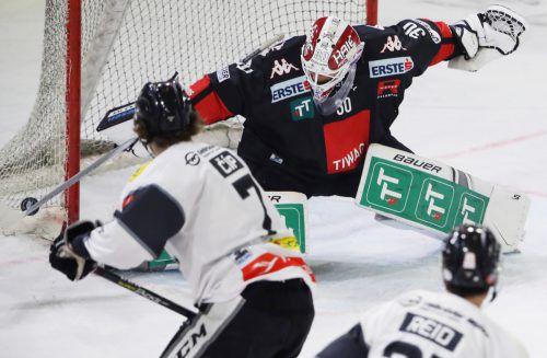 Radek Cip gegen Rene Swette: Der Bulldogs-Stürmer zeigte beim 4:3-Overtimesieg in Innsbruck mit einem Tor und einer Vorlage auf.gepa