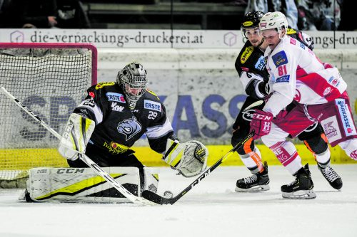Rasmus Rinne hatte gegen den KAC alle Hände voll zu tun, auf dem Bild wird er gegen Marco Richter von Jerome Leduc unterstützt.gepa