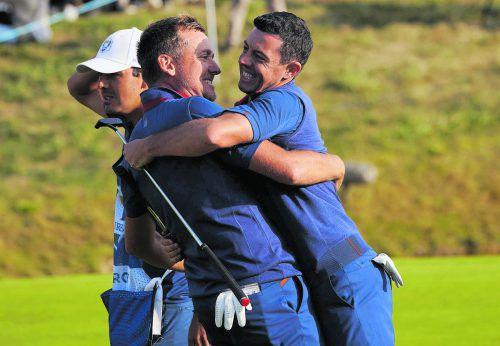 Rory McIlroy (r.) und Ian Poulter freuen sich über ihr gewonnenes Foursome-Match am ersten Tag des Ryder Cups in Paris.apa
