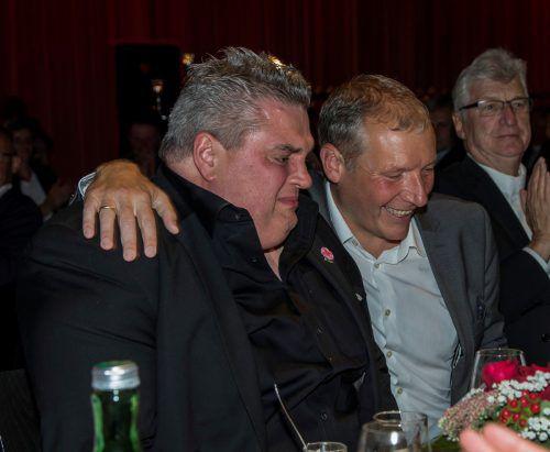 George Nussbaumer nahm die Gratulationen seines Weggefährten Stefan Vögel unter Freudentränen entgegen.