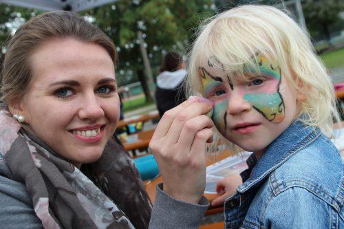 Sarah-Anna schminkt die kleine Anna-Lena.