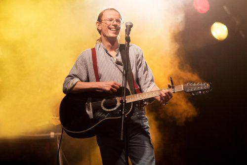Tagsüber arbeitete Gundi Gundermann als Baggerfahrer, abends ging er als erfolgreicher Liedermacher auf Tour. Polyfilm