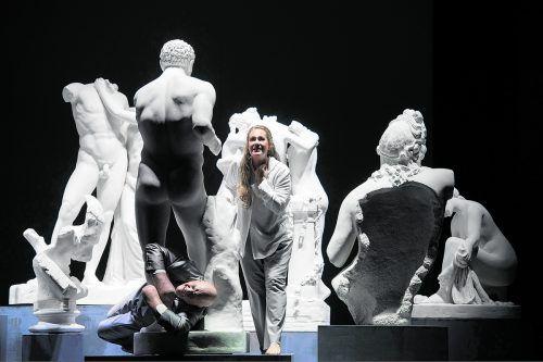 Torsi von Körpern sowie Häupter sind zu sehen, kreidebleiche Skulpturen allesamt, welche die Betriebstemperatur dieser Oper etwas herunterkühlen. Oper/Rittershaus
